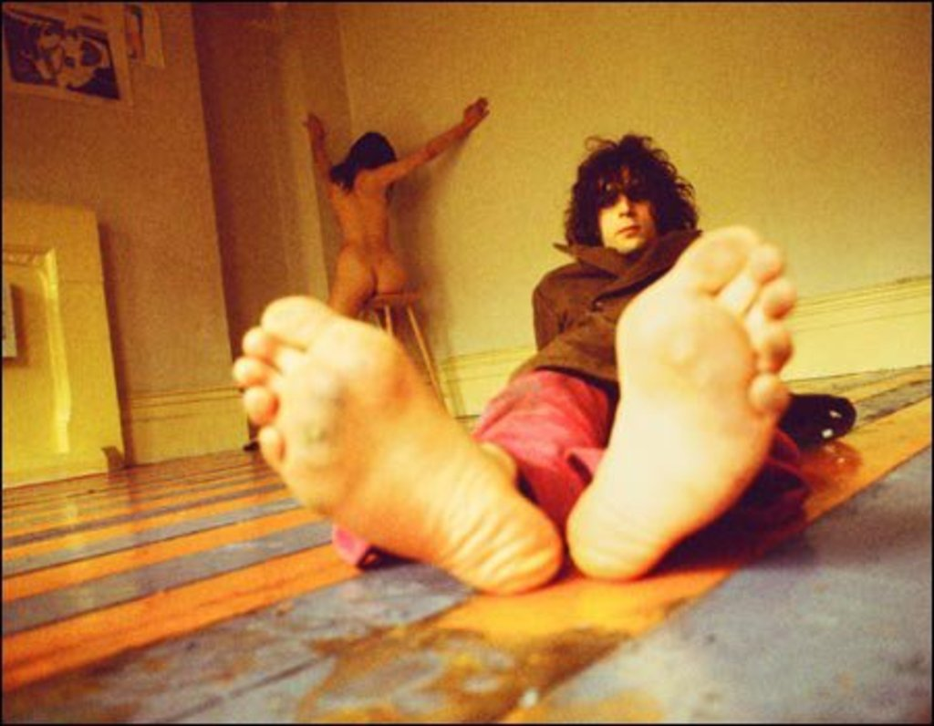 Una delle immagini più famose dell'ex leader dei Pink Floyd, Syd Barrett, tratta dalla sessione fotografica per The Madcap Laughs (1970), il primo album solista del cantautore e chitarrista britannico. progressive psichedelic rock music musique musica golden hair solo album mental masturbation