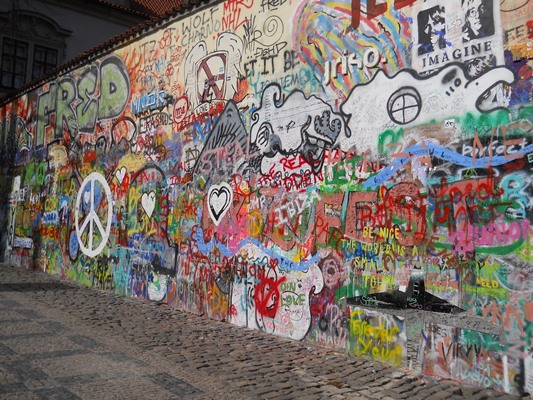 Uno scorcio del Lennon's wall a Praga, ostinatamente difeso dai tentativi di ritinteggiatura da parte del governo. lennon wall prague map lennon wall in prague czech republic lennon wall location lennon wall history lennon wall art lennon graffiti wall prague lennon graffiti wall wall prague photography wallpaper wall praha lennon's wall mala strana ribellione politica rivoluzione imagine