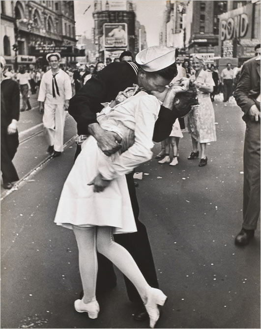 Alfred Eisenstaedt, Kiss in Times Square pure immortal love amore eterno puro bacio fotografia cult icona cult stories foto photography