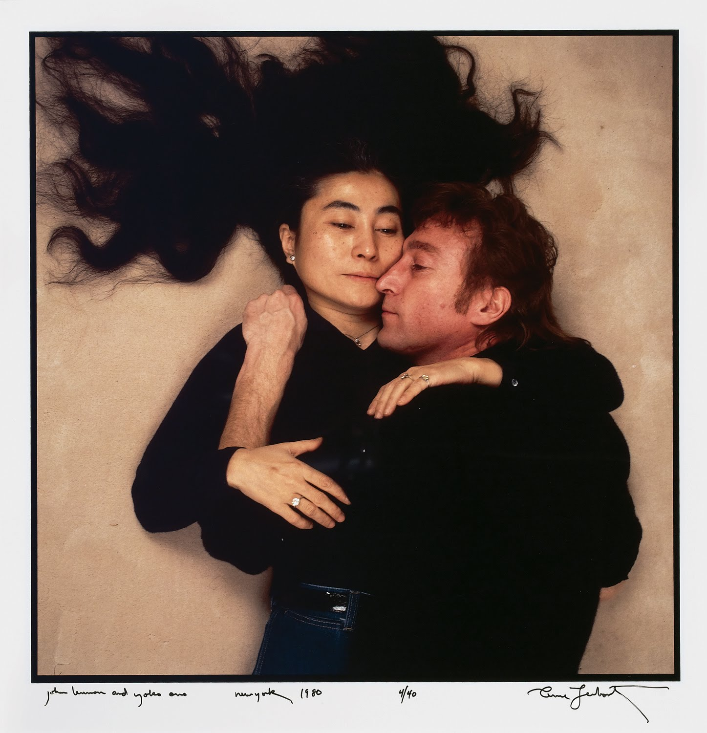 John Lennon e Yoko Ono in uno scatto di Annie Leibovitz, reso famoso dalla versione senza abiti. John Lennon and Yoko Ono, by Annie Liebovitz cult stories cult stories cultstories cinema cult story cultstory art culture music ipse dixit aneddoti citazioni frasi famose aforismi immagini foto personaggi cultura musica storie facts fatti celebrità vip cult spettacoli live performance concerto photo photography celebrity giornalismo scrittura libri genio pop icon attore cantante solista pittrice scultore attrice star diva sex symbol mito