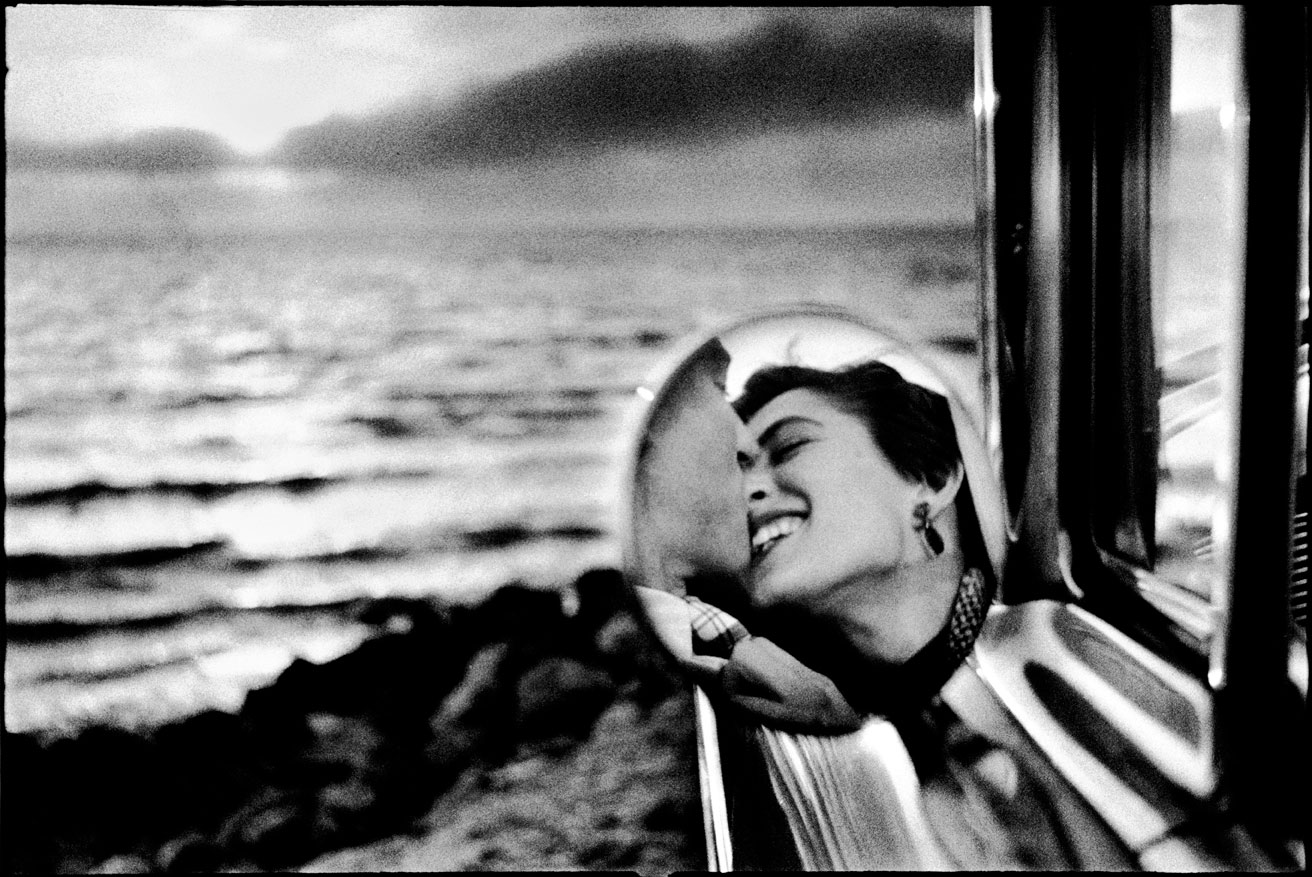 Elliott Erwitt - California Kiss - California, U.S.A. (1955) most iconic cult photos le foto più famose bacio in riva al mare bianco e nero amore tenerezza sweet love cultstories cult stories cultstories cinema cult story cultstory art culture music ipse dixit aneddoti citazioni frasi famose aforismi immagini foto personaggi cultura musica storie facts fatti celebrità vip cult