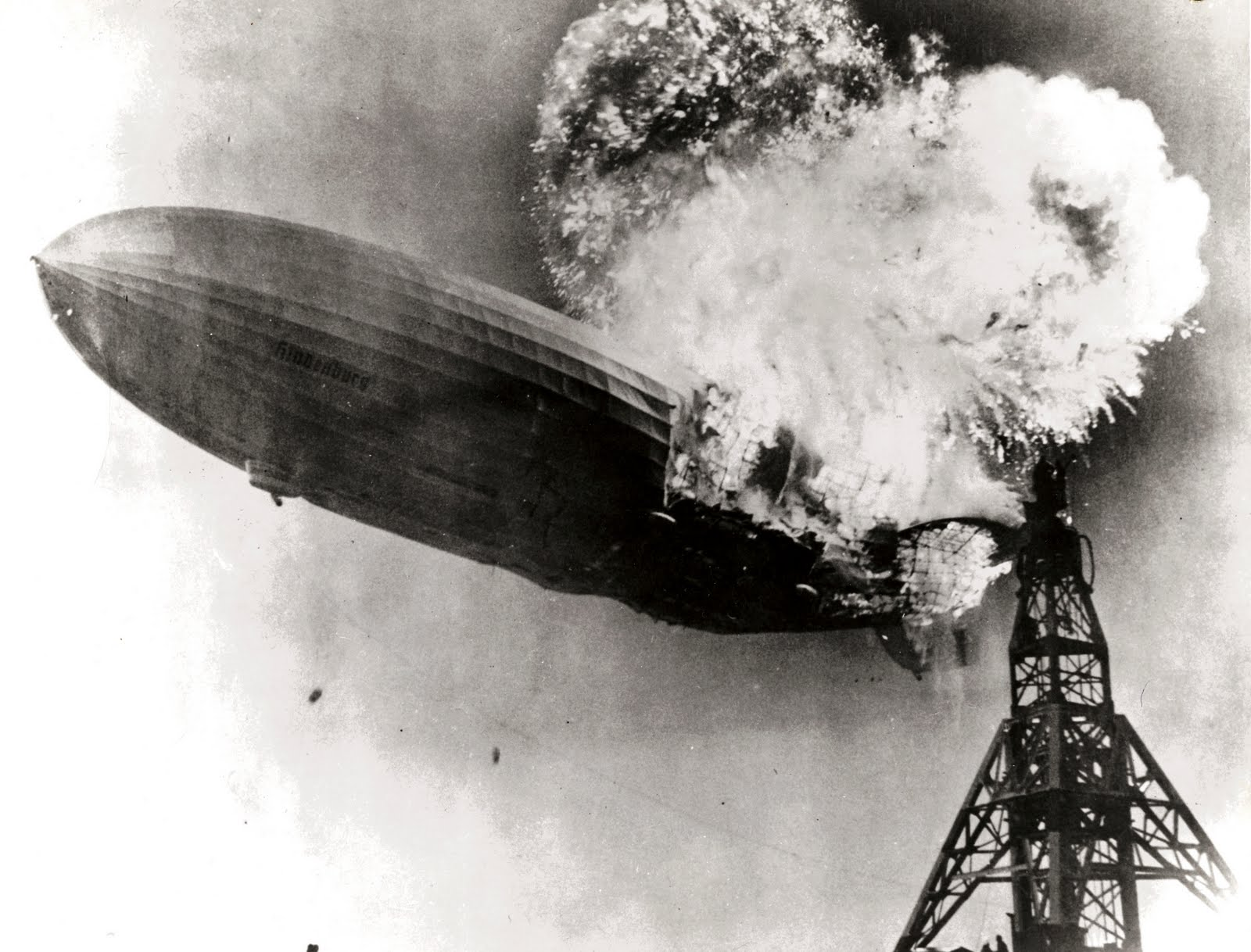 Gus Pasquerella, Hindenburg burning - Lakehurst, U.S.A. (1937) iconic photo air disaster zeppelin foto iconica disastro aereo dirigibile brucia fiamme foito cult cult stories site blog celebre famosa immagine album gas pilone torre