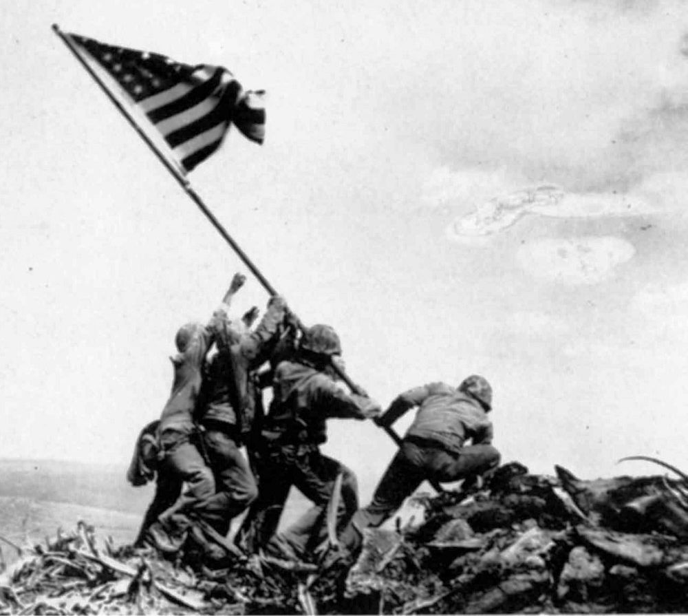 Joe Rosenthal - Raising the flag on Iwo Jima, Iwo JIma (1945) deserto di fuoco memorial foto battle oggi island monument today bandiera film battaglia and okinawa american casualties anniversary 2015 amphibious ready group invasion a iwo jima battlefield 1942 battleship b 29 iwo jima cemetery campaign dead distance from japan eastwood eruption e hiroshima flag raising flag raising photo