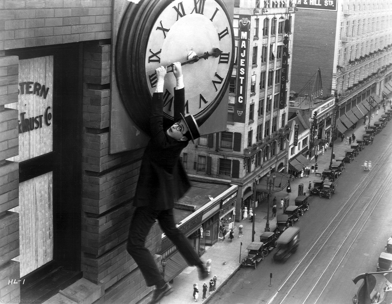 Cult Stories Safety Last (1923) caps scene Harold Lloyd hanging on clock's minute uomo appeso orologio film muto bianco e nero commedia