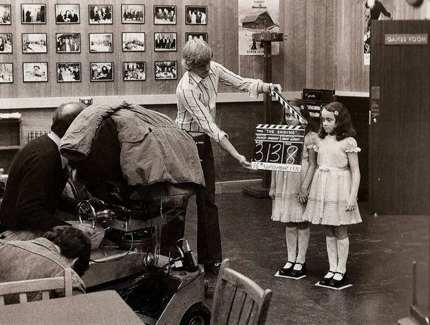 Cult Stories twin girls on set of The Shining foto Kubrick e le gemelle di Shining cinema cult galleries